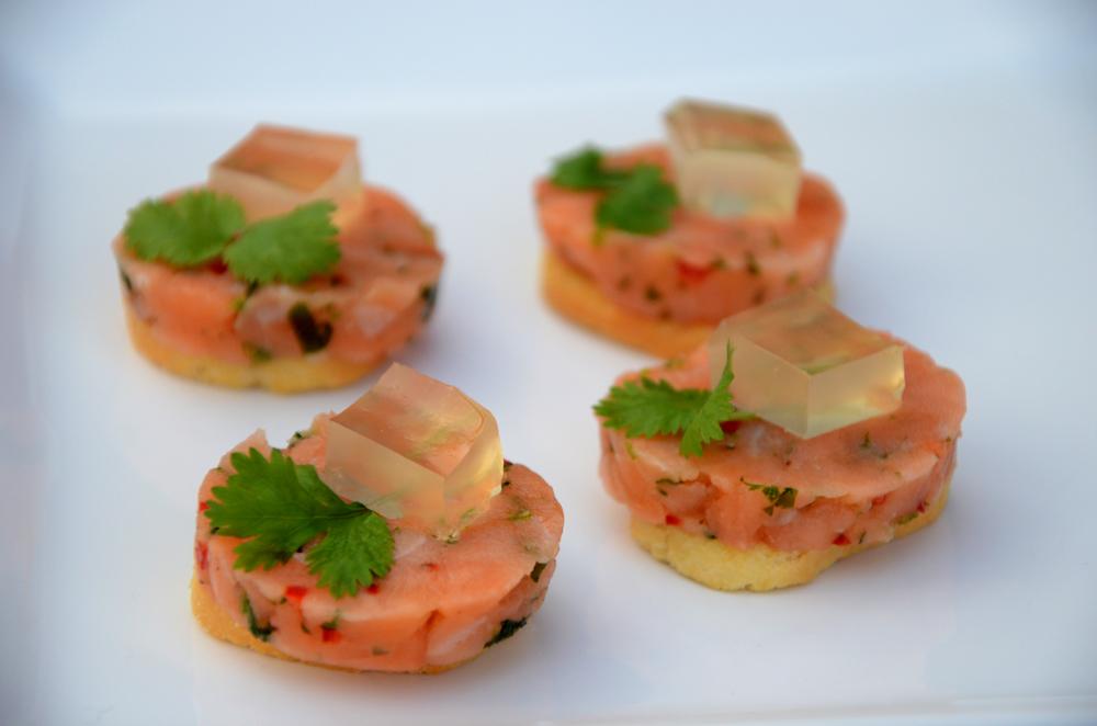 Lakse-ørrett-tartar på toast med sitrongele_650