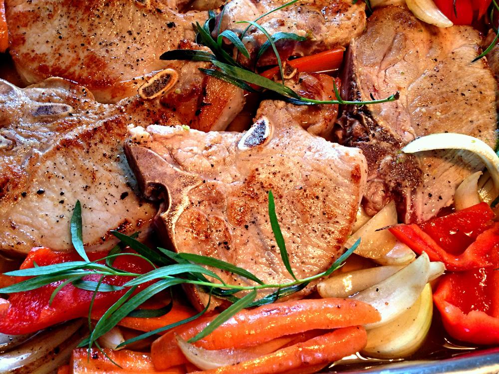 Ovnsbakte svinekoteletter med rotgrønnsaker og sjysaus_650