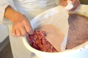 Spekepølse etter Magnhild-metoden-Vakuummodning i balje med matpapir_600