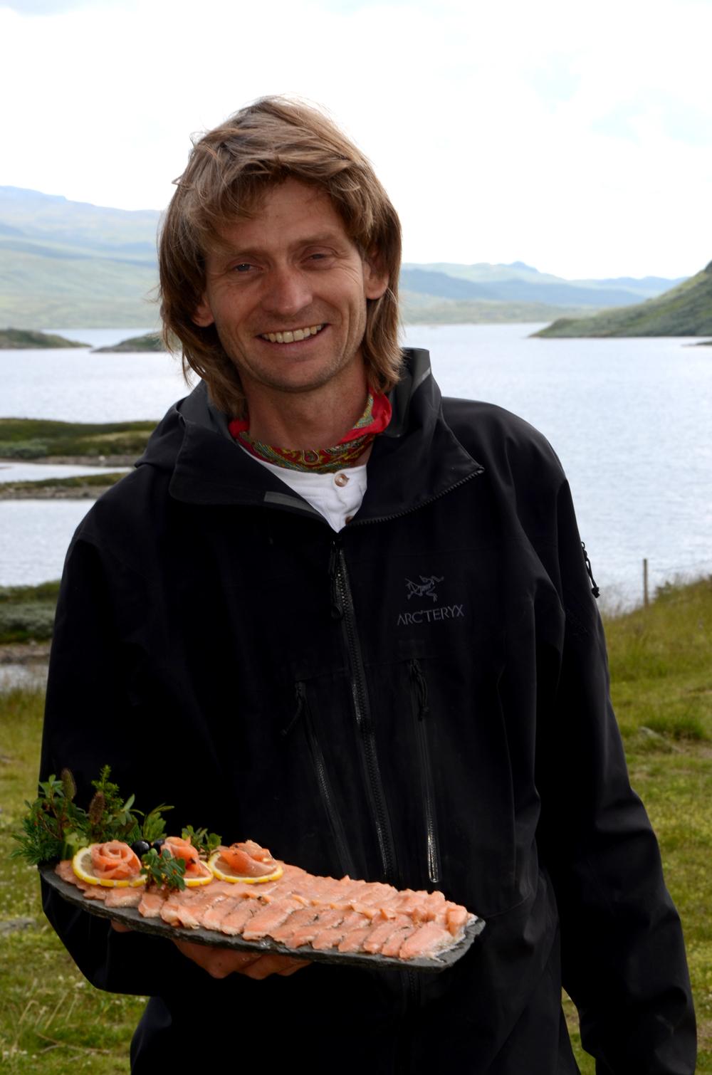 Geirmund Tormodsgard med grava ørret-kaldrøykt ørret_650