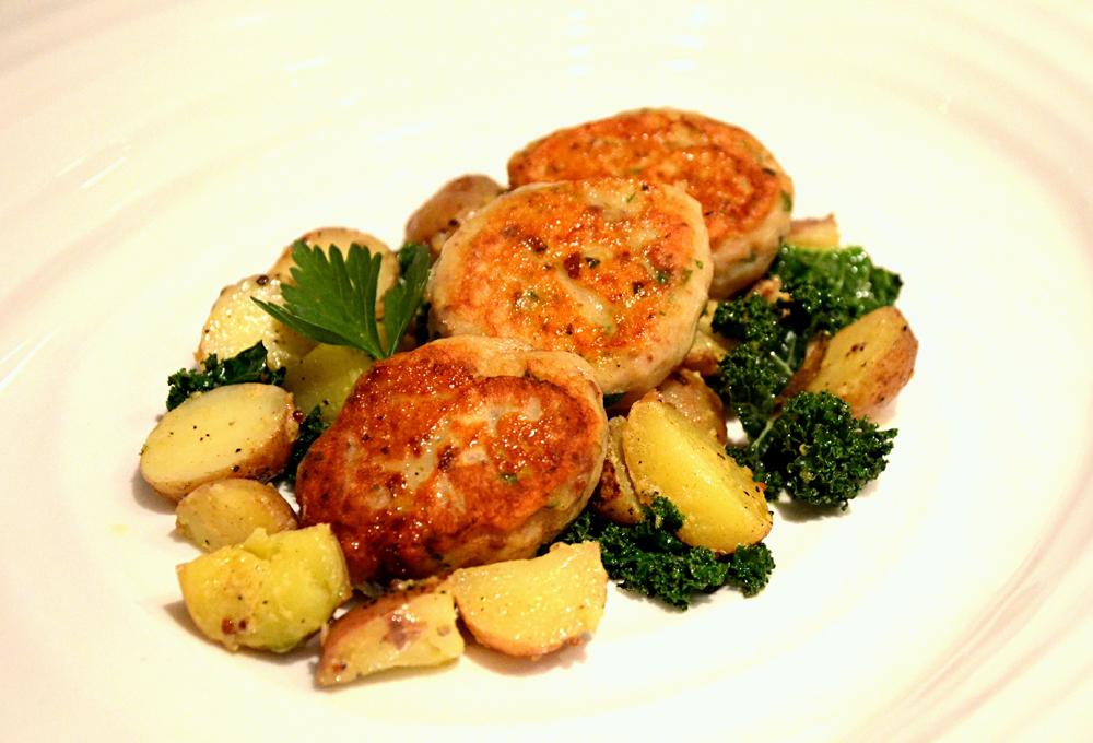 Sildekaker med potet- og grønkålsalat_650