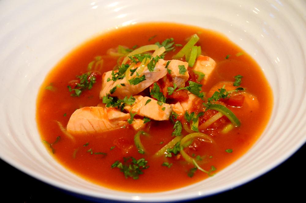 Tomatisert ørretsuppe-fiskesuppe-med gulrot og purreløk2_1000