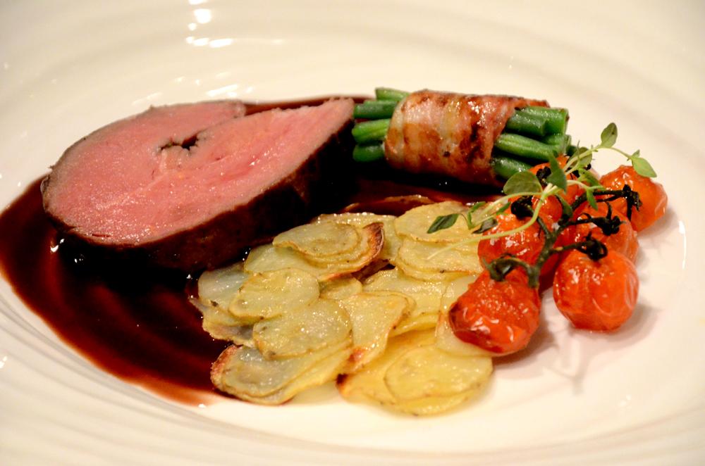 Hestebiff-ytrefilet med rødvinssaus ovnsbakte tomater-baconrull med aspargesbønner_1000