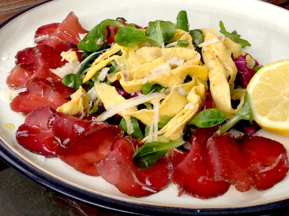 Bresaola-salat med tagliatelle-omelett_1000