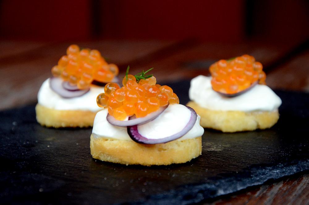 hjemmelaget-kaviar-orretrogn-lakserogn-med-rodlok-romme-gresslok-toast_1000