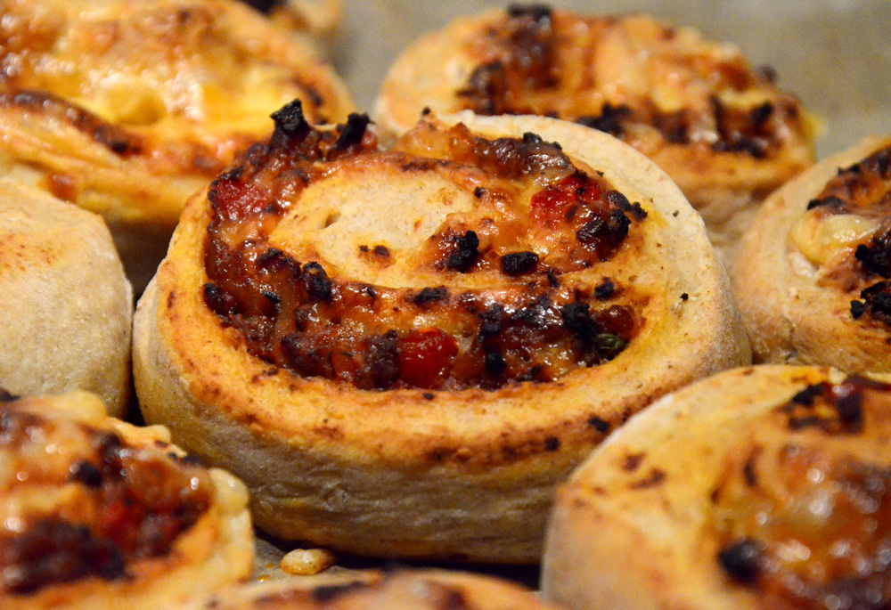 pizzasnurrer-med-bacon-karbonadedeig-lok-paprika-ost_1000