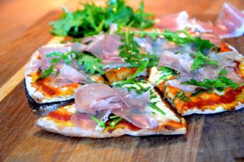 Perfekt tynn pizza med skinke og ruccola-4_1000