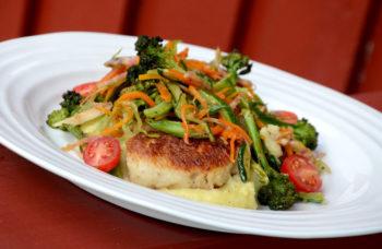 Steikte fiskekaker og grønsaker med potetmos_1000