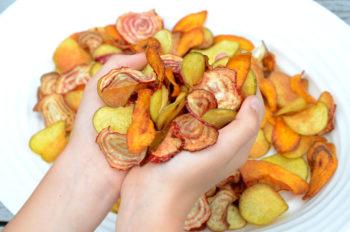 Heimelagde chips av potet-gulrot-polkabeter-rotgrønsaker_1000